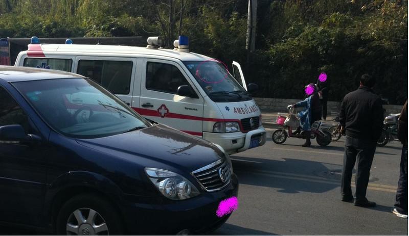 刚刚发生在龙游路上的一起交通事故对120严重