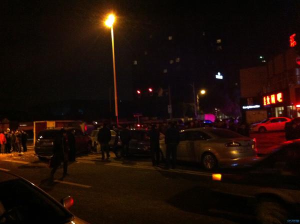 锦路和天目山路红绿灯处5车相撞图片